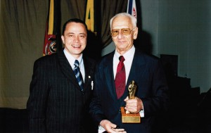 Fayez recebe Troféu Vitis da ABE. Na foto ele está ao lado de Cléber Andrade.