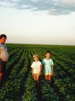 Entre 1989 e 1990, um dos primeiros registros da família no novo endereço. Muterle ao lado dos filhos Leandro e Fernando, ainda pequenos, na plantação de soja.