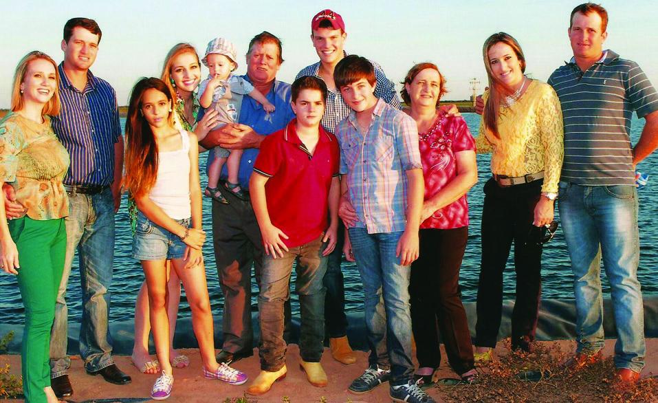 Luis rodeado pela esposa, os filhos e netos.