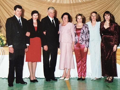 Família reunida, Ernesto e Adélia (ao centro) junto com os cinco filhos, da esquerda para a direita, Gilmar, Odete, Vanice, Ivete e Salete