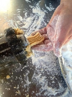 O preparo dos biscoitos de colônia. Flores da Cunha/RS