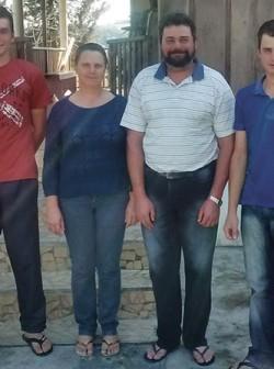 Rodimar Antônio Piroli, ao lado da esposa Filomena Drozdek Piroli, e dos filhos Emanuel e Emariel – família unida na agricultura
