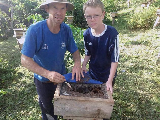 Ao lado do filho Nicolas, o criador Orlando Morschel, de Nova Petrópolis, mantém cerca de 25 espécies de abelhas sem ferrão