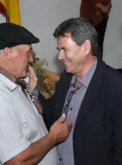 Presidente da Emater/RS cumprimentando o produtor Antônio Lopes, ganhador do 1º lugar regional